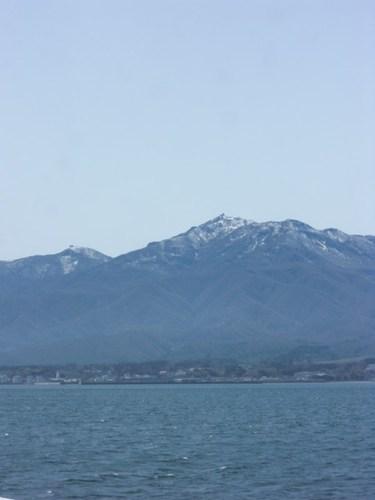 山に雪の残る佐渡